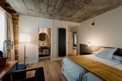 Double Room with Private Bathroom Palacio Condes de Cirac 2