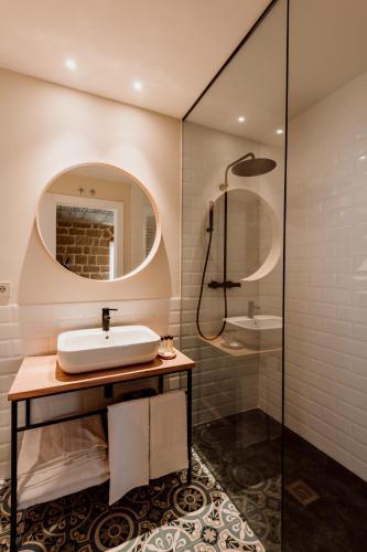 Double Room with Private Bathroom Palacio Condes de Cirac 5