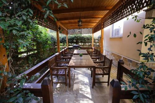 Pine-Tree Apt w/ Private Garden 50 m from the Sea