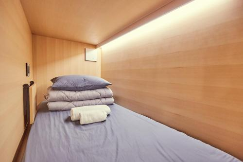 Enkeltseng i sovesal for menn (Single Bed in Male Dormitory Room)