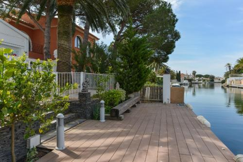 . Villa Requesens on Canal