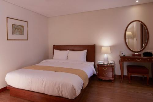 Special Offer - Suite Double Room with Late Check-out at 5pm and Breakfast Sandwich Box for 2