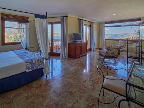 Deluxe Suite with Sea View Hotel Petit Cala Fornells 4
