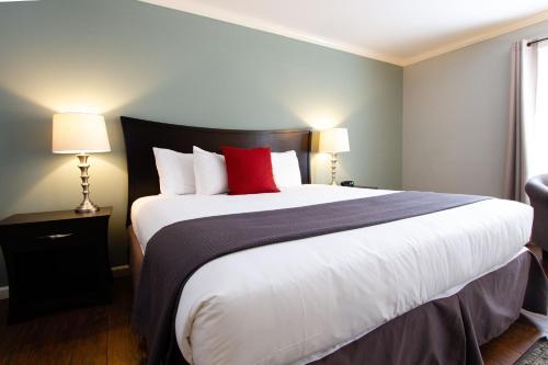 . The Dahlonega Square Hotel & Villas