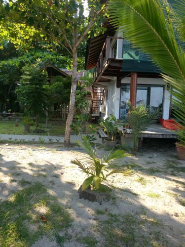 Castaway Surf Retreat, Sumbawa Barat