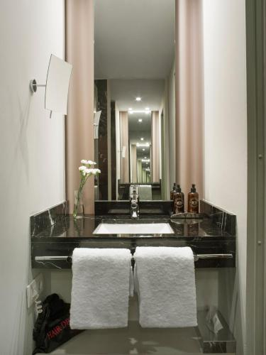 Interior Double or Twin Room - single occupancy Hotel Miró 4