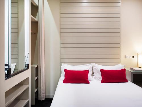 Small Interior Double Room Hotel Miró 3