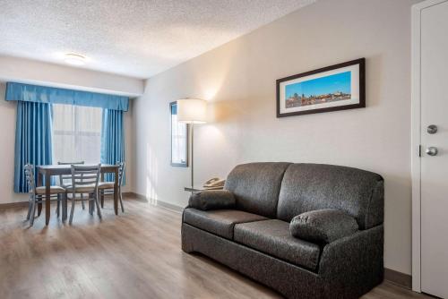 Quality Suites Quebec City - Photo 2 of 33