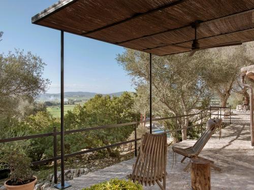 Habitación con cama extragrande y vistas al jardín Finca Serena 3