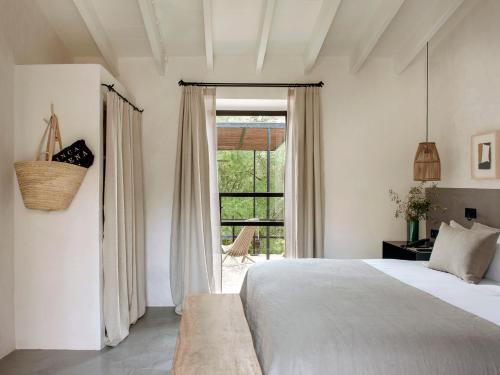Habitación con cama extragrande y vistas al jardín Finca Serena 2