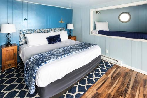 Nautical - Room with King Bed and Bunk Beds