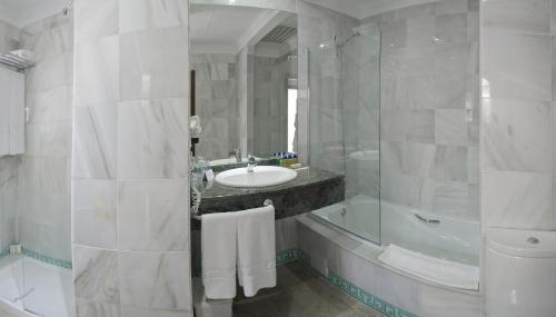 Double Room with Balcony Hotel Doña Lola Zahara 15