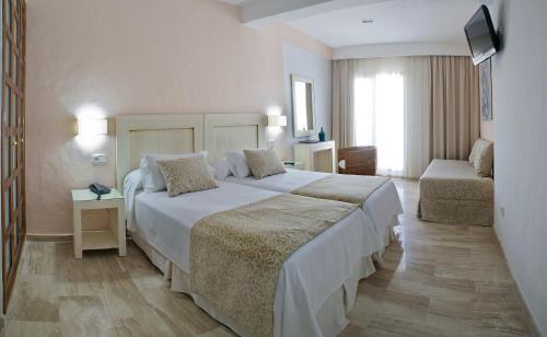 Double or Twin Room Hotel Doña Lola Zahara 9