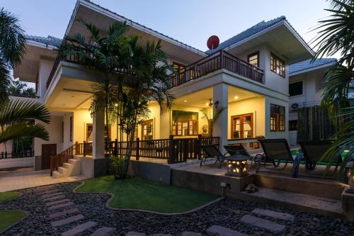 Stunning villa with pool and tropical garden Stunning villa with pool and tropical garden