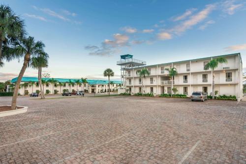 . Days Inn & Suites by Wyndham Lake Okeechobee
