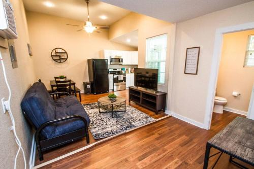 . One Bedroom Apartment Near Downtown with Sleeper