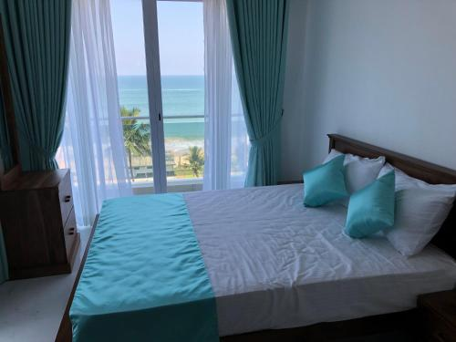 . Sea Breeze - Luxurious 3 Bedroom Sea Front Apartment in Mount Lavinia