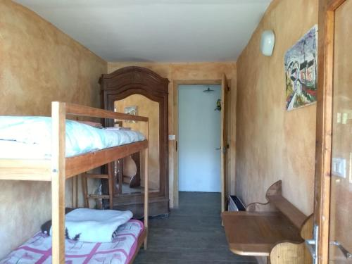 Cameră twin cu toaletă comună (Twin Room with Shared Toilet)