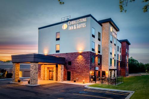 . Cobblestone Inn & Suites – Fairfield Bay