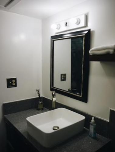 Photos de salle de Hip well-appointed downtown condo suite