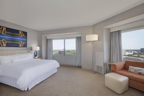 Junior Corner King Suite with City View