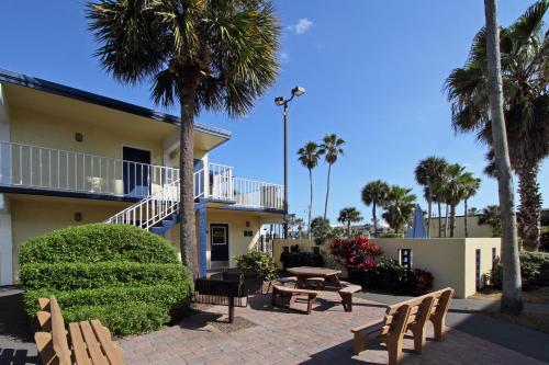 Days Inn By Wyndham Cocoa Beach Port Canaveral - Cocoa Beach, FL 32931