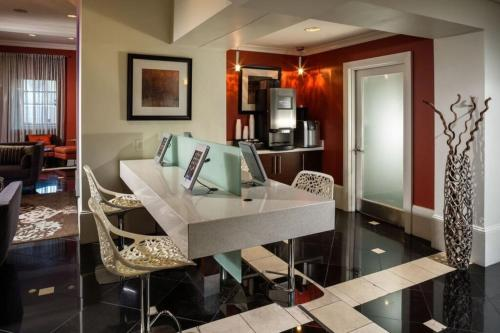 Wilshire Apartment 314 Main image 1