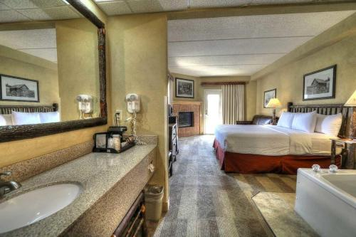 King Suite with Fireplace/ Spa Bath/ Balcony (Not Pet Friendly)