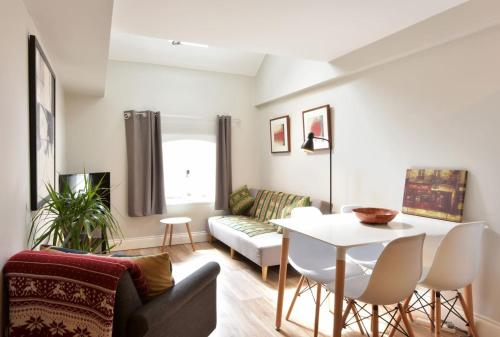 . Roper Road- Cosy apartment just outside of city centre