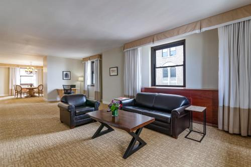 Hotel Pennsylvania *Недавно отремонтированный представительский люкс Penn Plaza Collection с 2 спальнями
