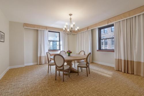Hotel Pennsylvania *Недавно отремонтированный представительский люкс Penn Plaza Collection с 1 спальней с кроватью размера «king-size»
