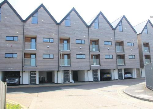 Modern **Pet friendly** 3 bed beach view Town House near Dover ,Canterbury ,Folkestone and Hythe Kent
