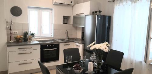 Apartments Karlo, Pension in Makarska