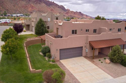 . SG1 Near Arches Park! Huge wrap around deck with beautiful canyon views!
