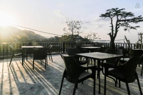 . Deluxe Serviced Room in Mussoorie with Sunset view