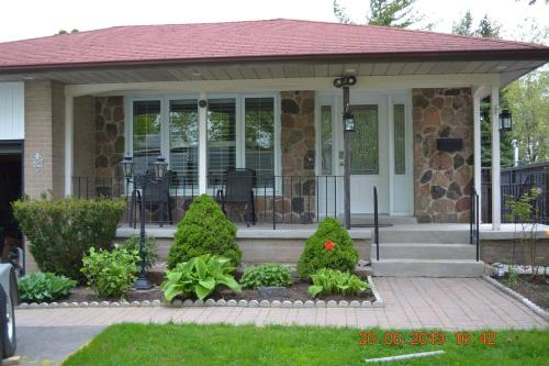 BEAUTIFUL AND SPACIOUS HOME NEAR TORONTO AIRPORT