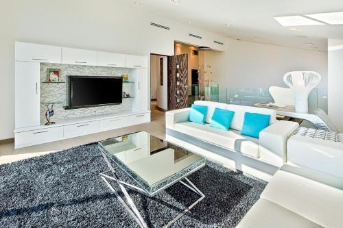 Villa Genesis-HOLLYWOOD ESTATE WITH STUNNING VIEWS Main image 2