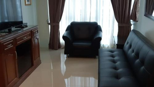 1 Bedroom with Balcony near St Luke's Hospital Central BGC
