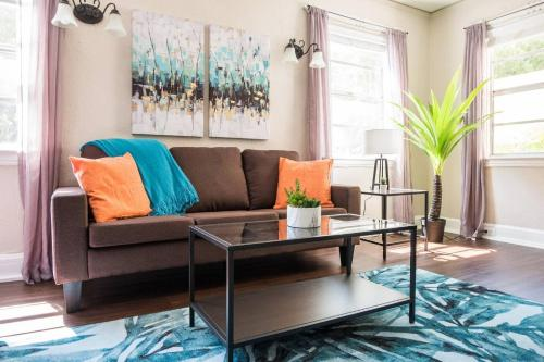 . 1 BR with Parking next to Bay and Shopping by Frontdesk