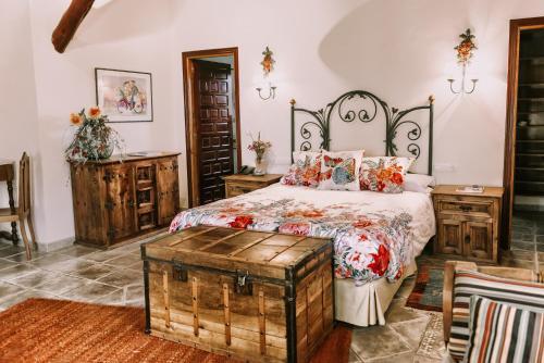 Junior Suite with Balcony - single occupancy Hotel Rural Masía la Mota 2