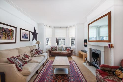 Remarkable Richmond Home By The Tube Station