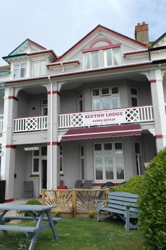 Sefton Lodge Seafront ,Panoramic Sea View Ensuite Balcony Rooms Available, Guest Garden