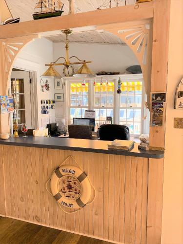 Admiral Motel - image 8