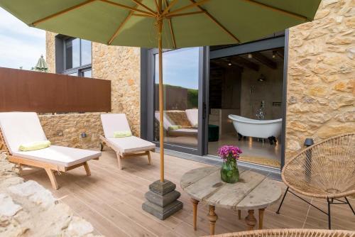Suite con cama grande y vistas a la piscina Hotel Can Casi 2