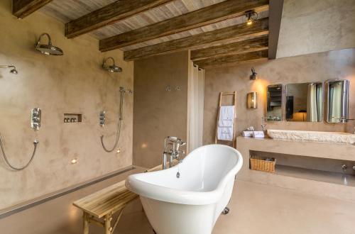 Suite con cama grande y vistas a la piscina Hotel Can Casi 1