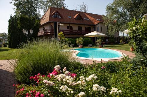 __{offers.Best_flights}__ Zsanett Hotel