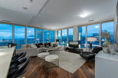 Sub-penthouse 2br/2ba Central Downtown