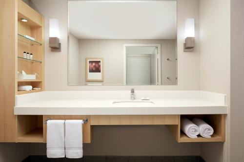 Delta Hotels By Marriott Montreal - Photo 6 of 43