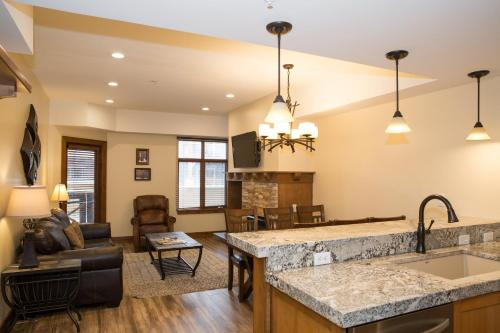 . Updated 2Br-Sundial Lodge Large Balcony & Remodeled Kitchen Condo