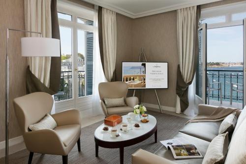 46 Avenue George V, 35801 Dinard, France.